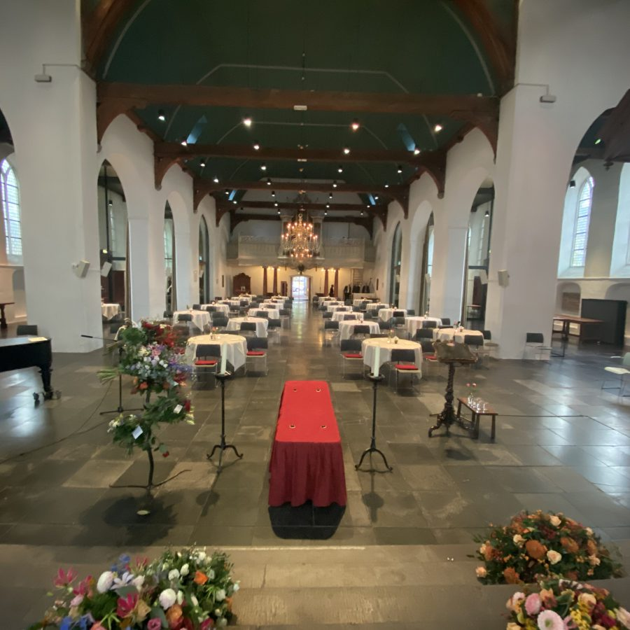 Geertekerk ronde tafels vanuit koor